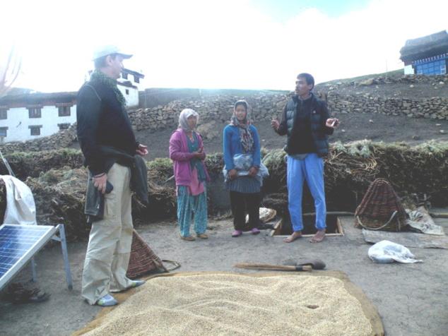 Discussion sur le toit d'une demeure villageoise