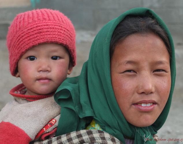 Ainsi porté, le bébé ne fait qu'un avec sa grande soeur