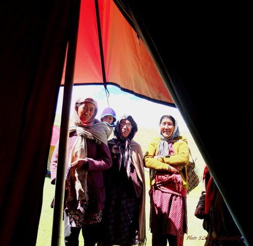 Visite de l'une de nos tentes. Les rôles sont inversés. Les touristes ne sont pas ceux que l'on croit.