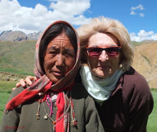 Jacqueline et une villageoise. Rapprochement amicale.