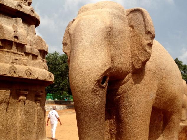 Un éléphant plus vrai que nature taillé dans la masse
