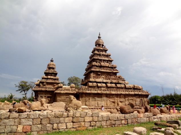 Le temple du Rivage  (VII ème siècle) qui instaure les canons de l'architecture dravidienne, caractérisée notamment par la tour pyramidale à degrés qui ne cessera de grandir.