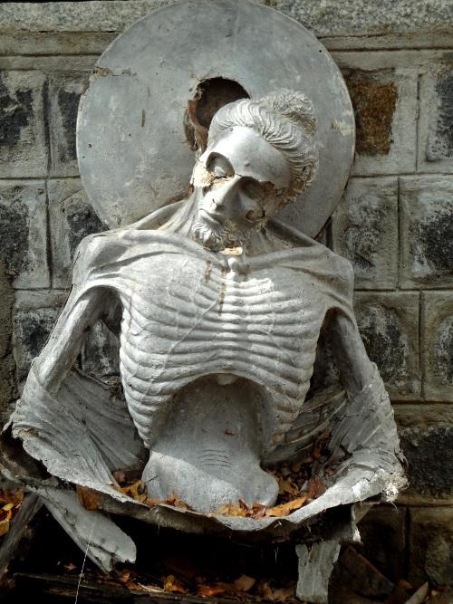 """L'art de la sculpture est omniprésent à Mahabalipuram. Cette statue de facture récente montre Bouddha qui se livre à l'ascétisme le plus extrême avant de choisir la """"voix du milieu""""."""