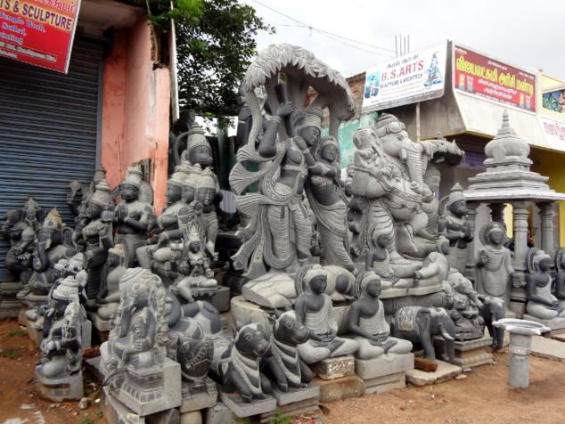Les artisans de Mahabalipuram n'ont jamais cessé de sculpter et perpétuent d'une certaine façon la tradition. Cependant les outils ont changé, les meuleuses et autres ponceuses électriques ont remplacé le ciseau, productivité et course au profit obligent. Certes, les formes sont encore très belles mais pas aussi sublimes que la statuaire antique de l'époque des Pallava.