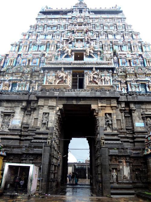 Le gopuram ou porte d'entrée monumentale qui permet d'accéder à l'espace sacrée du temple.