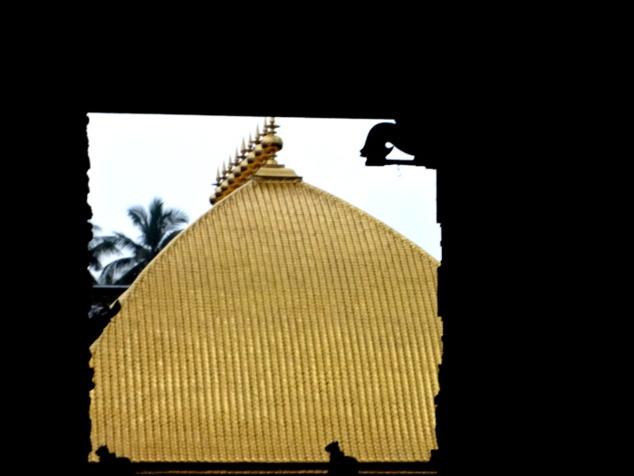 La statue du dieu se trouve sous ce dôme en or. Il est interdit de prendre des photos à l'intérieur du du sanctuaire centrale. Par contre, on peut y pénétrer, néanmoins les hommes exclusivement, même non hindous, à condition de se présenter torse nue devant la divinité.