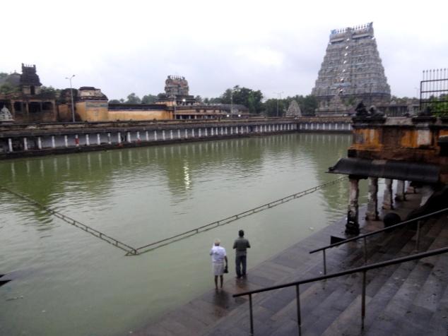 Le bassin sis dans l'enceinte du temple permet aux dévôts de se purifier.