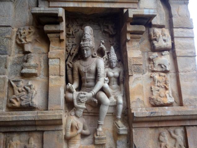 Le dieu Shiva avec sa parèdre qui confectionne une tiare et la pose sur la tête probablement de son fils, Skanda.