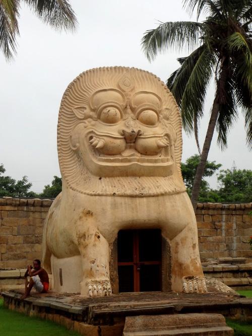 Un temple en forme de lion ou animal fantastique.