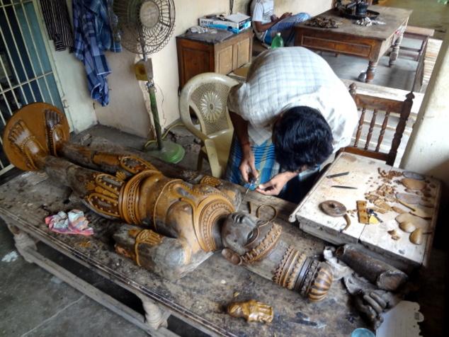 Dans le petit village de Swamimalai, on trouve plusieurs fonderies artisanales de statues. Ici, réalisation d'une statue de grande taille.