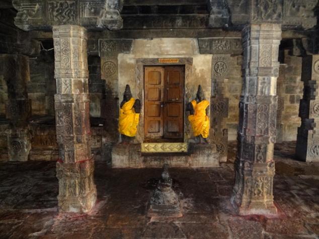 Le saint des saints. Des gardiens sont positionnés de chaque côté de la porte et Nandî, la monture de Shiva, est placé juste en face.