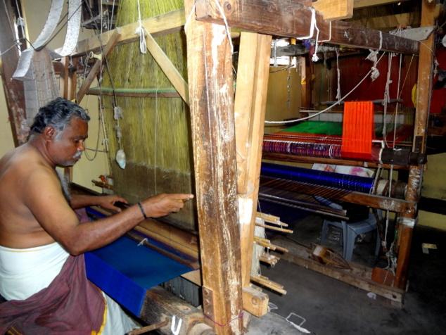 A proximité du temple, quelques maisons de tisserands. Le tissage est une activité qui occupe beaucoup de villageois qui vendent leur production en ville.