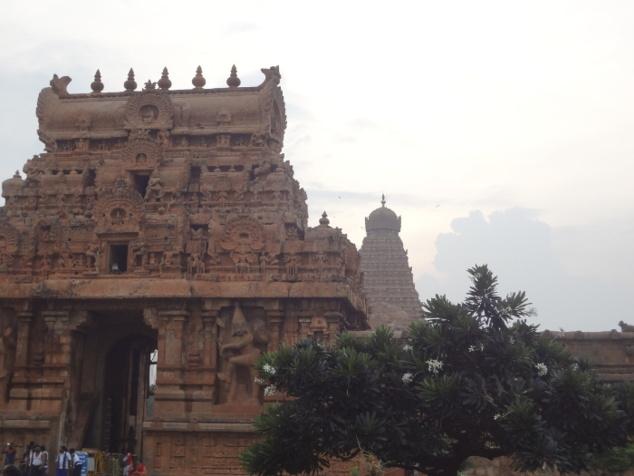 Etape suivante : Tanjore ou Thanjavur. Gopuram ou entrée du temple de Brihadishvara (Shiva) - X ème siècle.