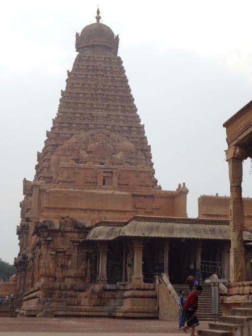 Tour du sanctuaire principale haute de 66 mètres coiffée d'une pierre colossale d'un poids de 80 tonnes.