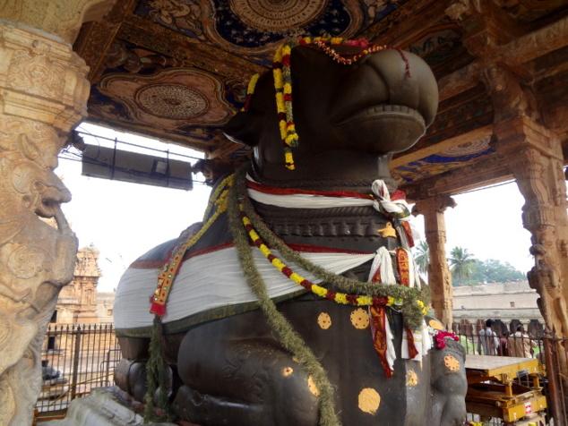 Nandî géant face au sanctuaire.