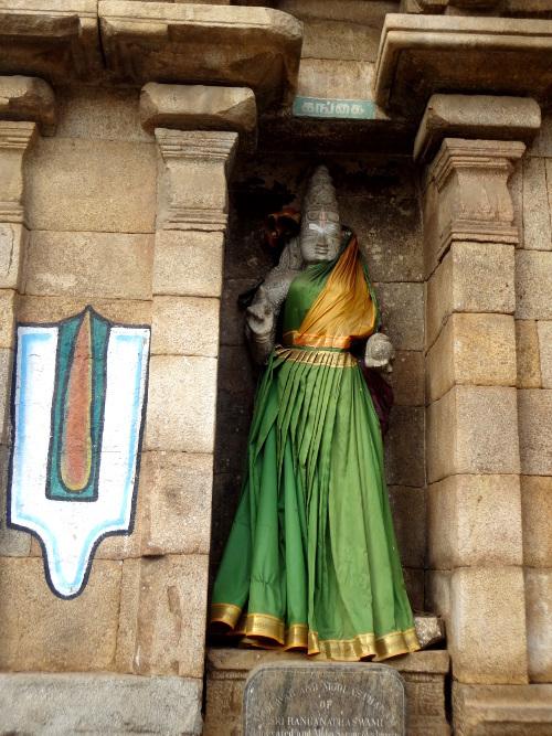 Une divinité vêtue comme un être en chair et en os.