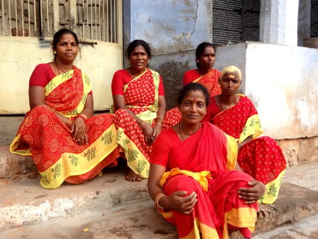 Femmes en pélerinage. L'une d'entre elles a offert ses cheveux à la divinité.