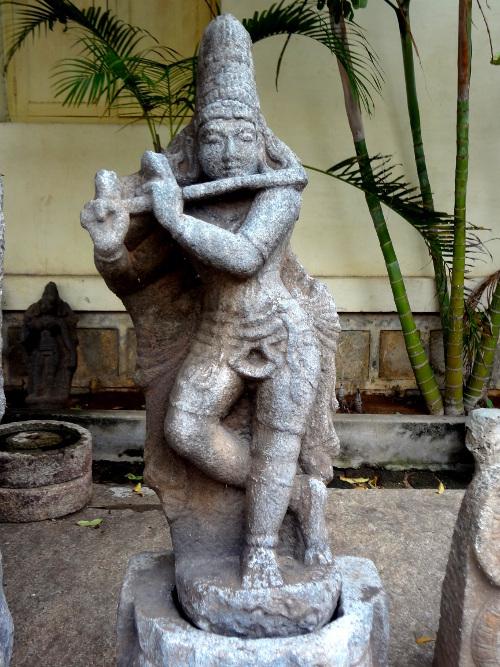 Dans une échoppe du temple, une statue de Krishna qui joue de la flûte.
