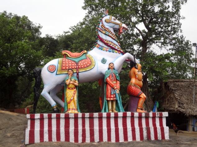 Sur le bord de la route, la statue d'Aiyanaar, son cheval et son fidèle lieutenant Karuppaswami. Ce dieu propre à l'Inde du sud protège les villages contre les démons et la sécheresse.