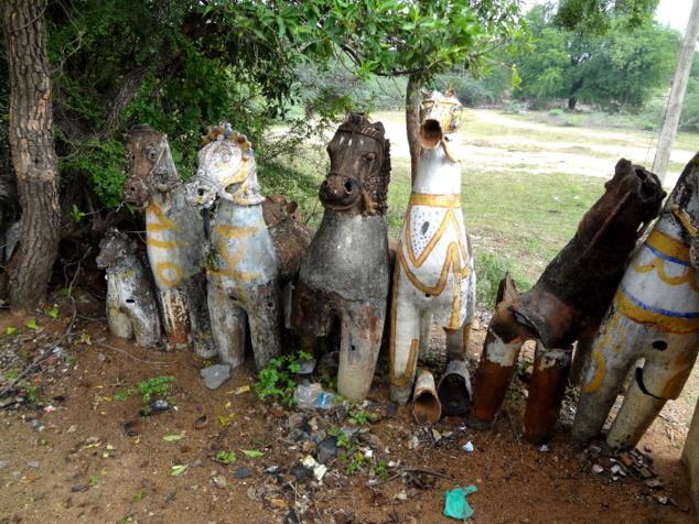 Un peu plus loin nous visitons un sanctuaire dédié à Aiyanaar. L'allée qui mène à l'autel est bordée de chevaux en terre cuite qui sont autant d'offrandes au dieu.