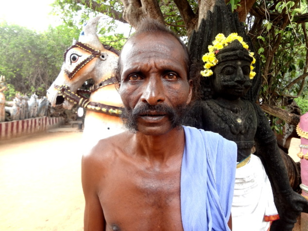 Prêtre qui officie en l'honneur d'Aiyannar. Il appartient à la caste des potiers (Velar). D'où toutes ces statues en terre cuite.