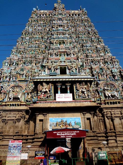 Il est strictement interdit de prendre des photos à l'intérieur du temple. Nous avons respecté cette interdiction. Vue du gopuram ouest de l'extérieur. Le temple compte 4 tours-portails principales, au quatre points cardinaux, et onze gopurams en tout.