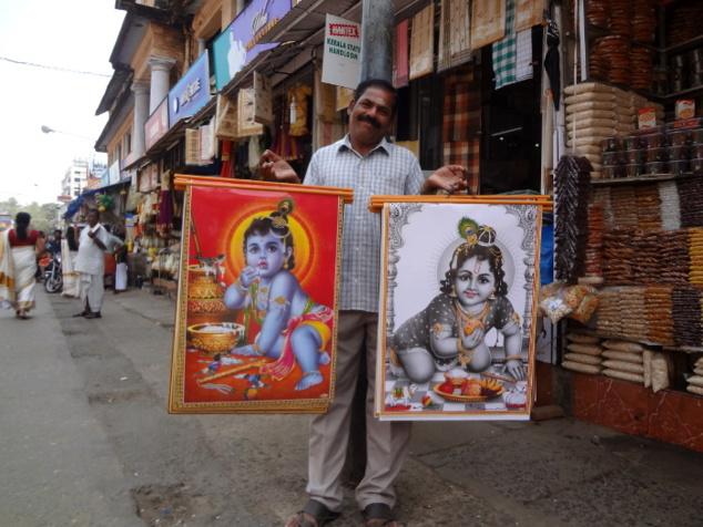 Images de Krishna vendues à l'extérieur du temple.