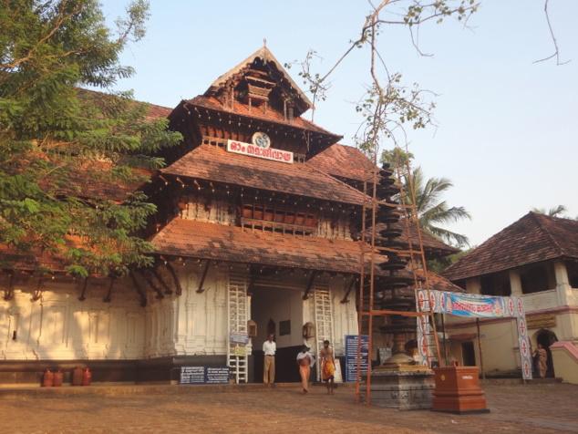 Temple de Vadakkunnatha (Shiva) à Thrissur. Une grande fête, la fête de Pooram, a lieu chaque année en avril-mai autour de ce temple. Il s'agit de l'une des plus grandes fêtes religieuses du Kérala.