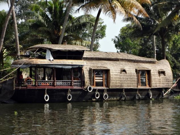 Le tourisme a redonné vie à ces embarcations traditionnelles. Mais il s'impose de rester vigilant sur la pollution qu'engendre leur multiplication et va-et-vient incessants sur les canaux.