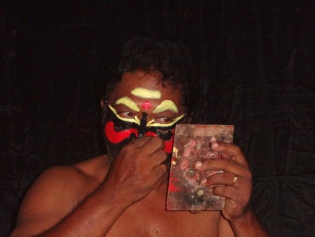 Grâce à la magie du maquillage, l'homme va se transformer en femme démoniaque.