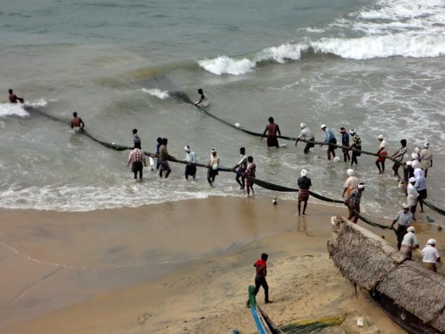 Après le spectacle, retour à la vraie vie. Ici des pêcheurs à Kovalam qui tirent un immense filet depuis la plage.