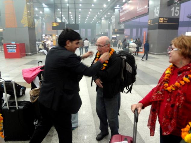 Aéroport de Delhi. A chacune de nos arrivées, nous avons droit à un accueil dans la plus pure tradition avec guirlandes de fleurs. L'invité est considéré en Inde comme un dieu.