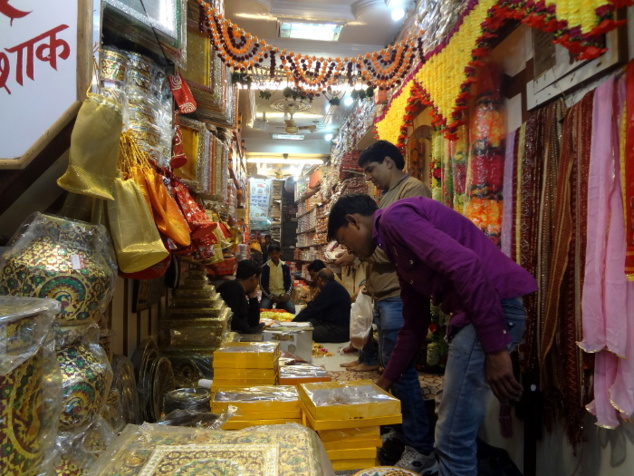Chaque ruelle a sa spécialité. Ici on peut acheter les décorations et accessoires pour les mariages. Juste à côté c'est la ruelle des bijoutiers.