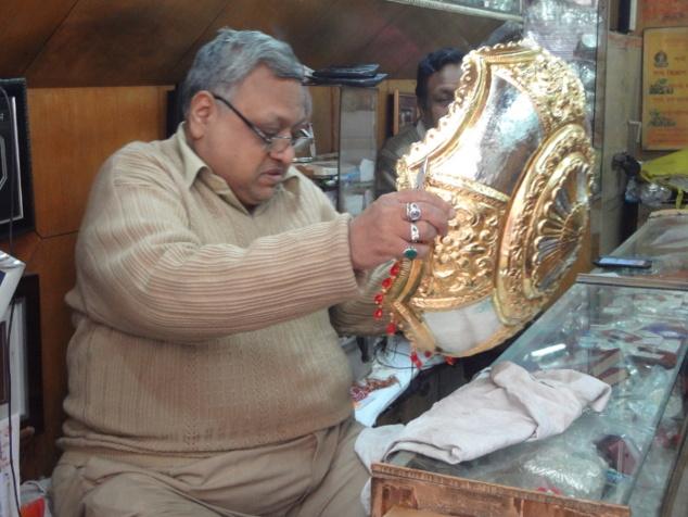 Tout ce qui brille n'est pas or. Mais cette ombrelle, symbole du pouvoir, qui protégera le marié le temps de la cérémonie (il est le maharadja du jour), fera sans nul doute un grand effet.