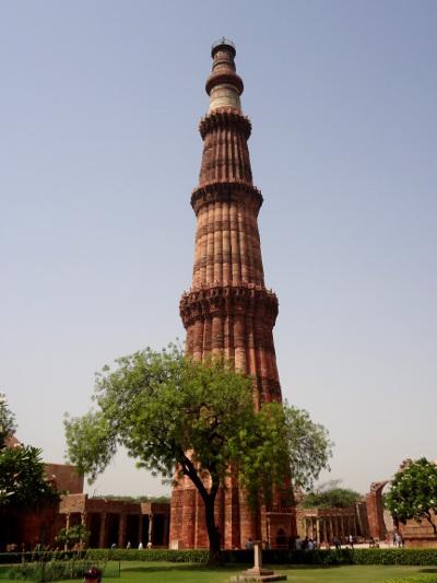 Le Qtub Minar, à la fois minaret comme son nom l'indique et tour de la victoire, a été érigé en 1193 par Qtub-Ud-Din Aibak pour glorifier le premier sultanat de Delhi.