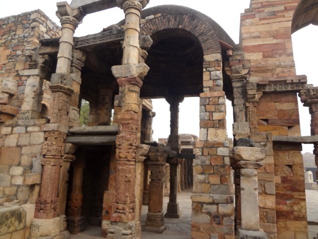 Le Qtub Minar et la mosquée adjacente ont été construits sur des temples hindous. On peut admirer des piliers encore debout et des voûtes dont la beauté architecturale est restée intacte.