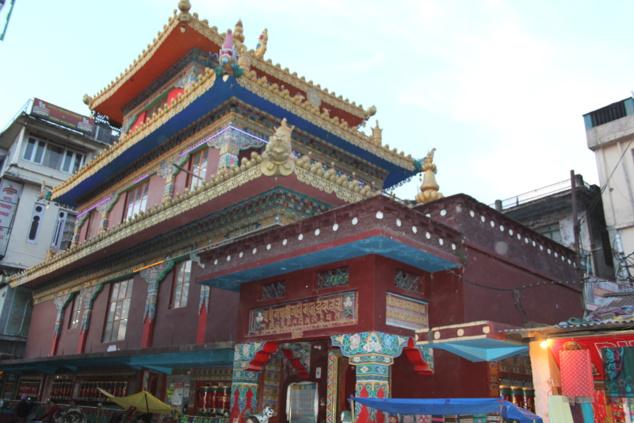 Le grand temple bouddhiste dans le quartier de Mac Leod Ganj