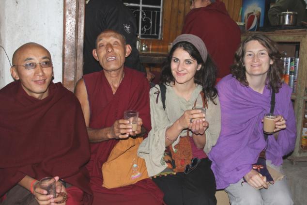 Justine et Carine en compagnie de moines