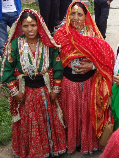 Femmes Gaddi en costumes traditionnels