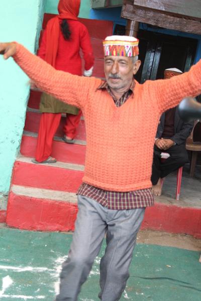 Les hommes expriment leur joie en dansant. Deux familles viennent de s'allier. Tout va bien. Le mariage n'est pas une affaire personnelle en Inde.