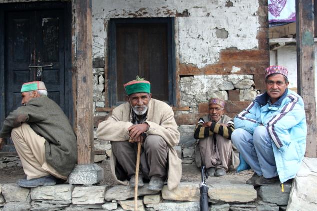 Les Anciens nous expliquent ce qui se passe. Un différent existe parmi les villageois. Un chamane est présent pour faire parler le rishi local, shrî Shrangâ, et tenter de réconcilier tout le monde