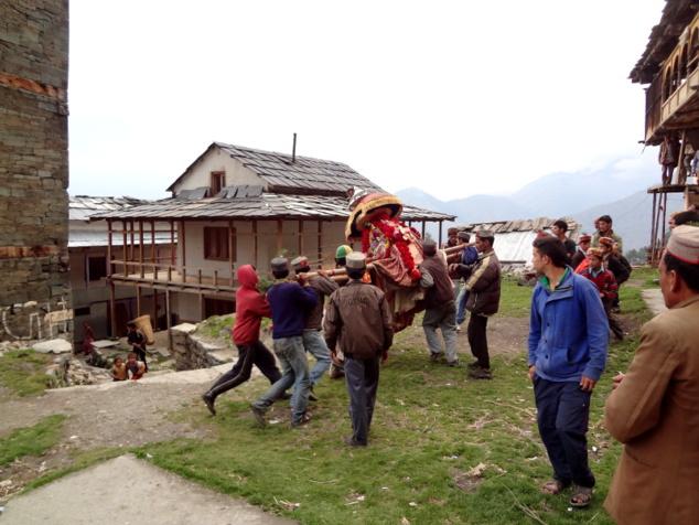 Les porteurs ont des difficultés pour stabiliser le palanquin. Ils sont entraînés autour de la place du village. Ceci serait dû à l'énergie dont est animée le rishî