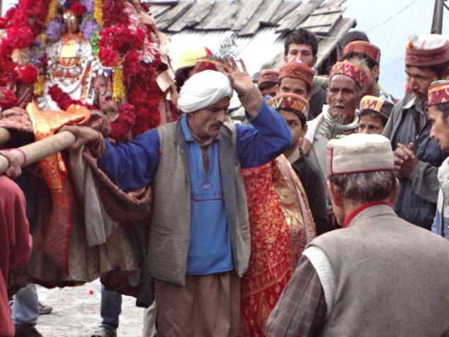 Le chamane (ou gur dans le dialecte local) apaise le rishî et se fait son porte-parole. Les paroles pleines de sagesse du rishî contribueront à reconstruire l'unité entre villageois
