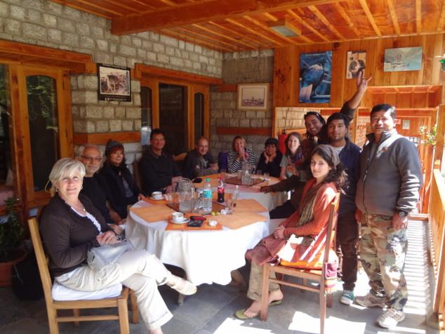 Arrivé à Manali, notre dernière étape, une partie de l'équipe nous quitte, dont notre cuisinier (à droite)