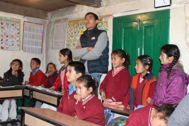 Nous nous rendons dans une école pour distribuer des cahiers et des crayons. L'instituteur, Dharma, avait été l'un de nos guides lors d'expéditions antérieures