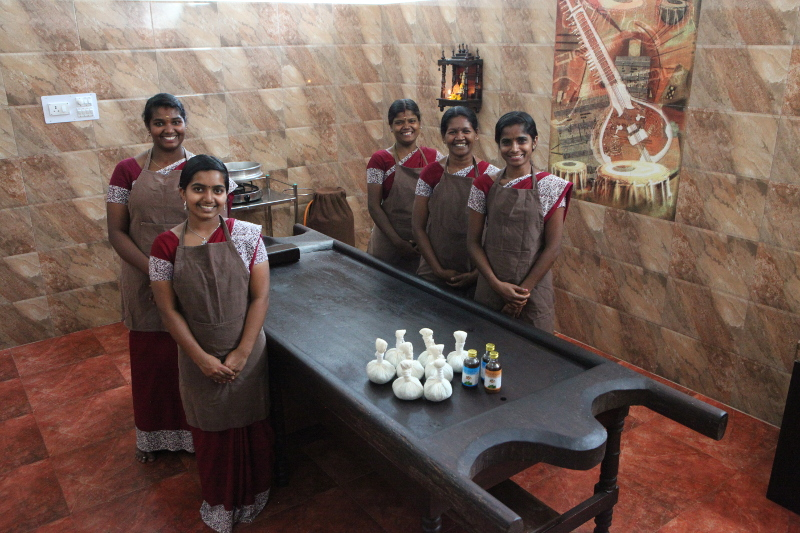 L'équipe féminine du centre. Dans l'ayurvéda authentique, les femmes prennent soin des femmes, les hommes prennent soin des hommes. Ce n'est pas simplement une question de pudeur, mais d'énergie.