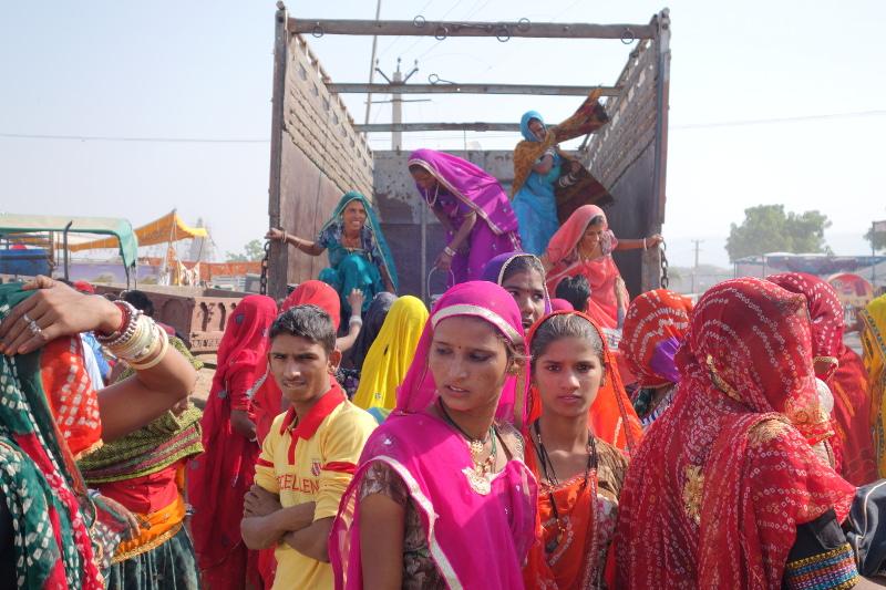 Les villageois et villageois utilisent tous les moyens de transport disponibles, dont les camions.