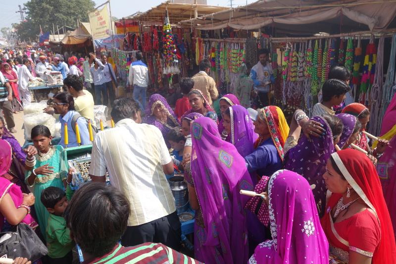 Les villageois se pressent autour des étals des marchands