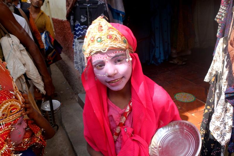 Une petite costumée en Radha, la favorite de Krishna