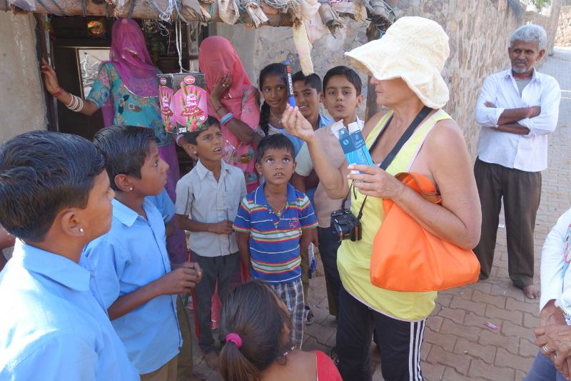Claudette était venue en Inde avec des crayons et des stylos qu'elle voulait distribuer. Ce fut notre premier contact avec les habitants du village, d'abord des enfants et deux ou trois adultes qui regardaient la scène.